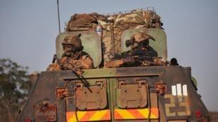 Patrouille française dans la ville de Konobougou, Mali, le 17 janvier 2013.