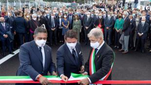 Le Premier ministre italien Giuseppe Conte (C) le maire de Gênes Marco Bucci (D) et le président de la Ligurie Giovanni Toti (G), ont coupé un ruban de cérémonie sur le nouveau pont de Gênes, ce lundi 3 août 2020.