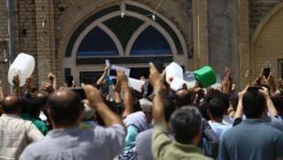 تجمع مردم خرمشهر در اعتراض به مشکل آب آشامیدنی مقابل مسجد جامع این شهر