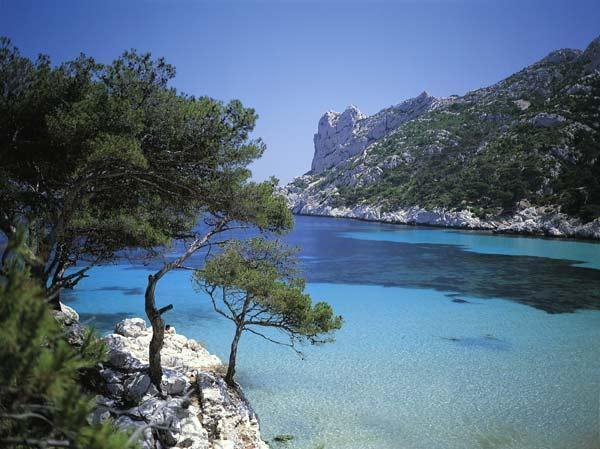 Le massif des Calanques de Marseille s'étend sur plus de 20 km de long par 4 km de large et culmine à 565 m au mont Puget.