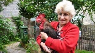 Bà Corinne Fesseau và chú gà trống Maurice trong vườn nhà ở Saint-Pierre-d'Oléron ngày 05/06/2019.