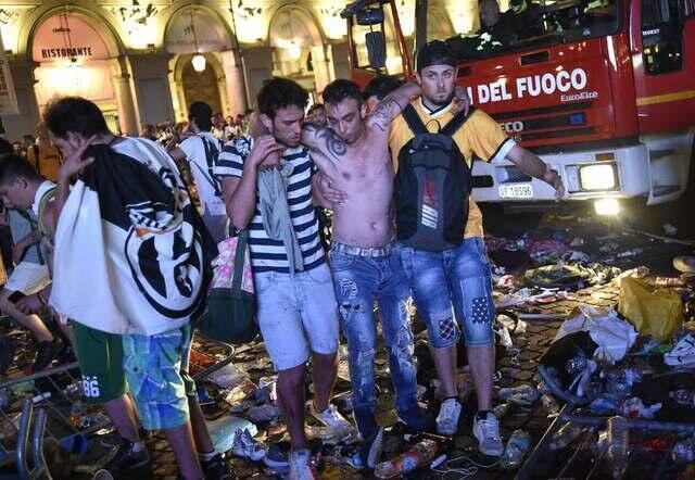 Torcedor ferido no movimento de pânico na praça San Carlo, em Turim.