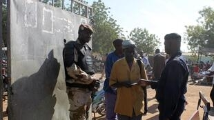 Fuerzas de seguridad malienses controlan a los electores antes de entrar a las oficinas de voto