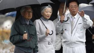 O imperador japonês Akihito e a imperatriz Michiko visitam áreas afetadas pela tragédia do tsunami