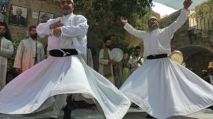 La rotation de cette danse sacrée symbolise l'union des derviches avec Dieu et avec leur communauté.
