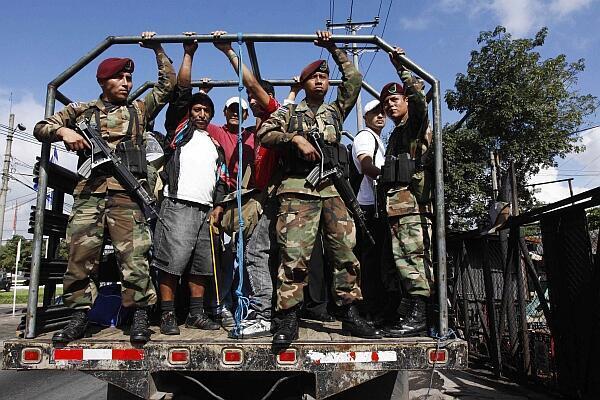 Soldados custodian una camión que transporta civiles afectados por el paro.