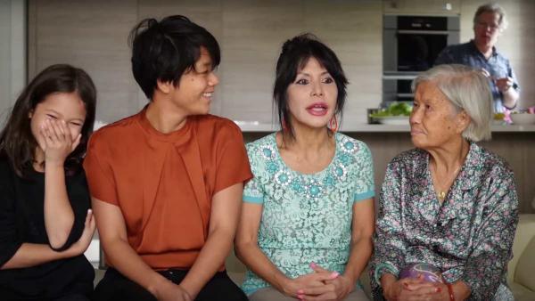 Bốn thế hệ (từ trái sang phải) : Tâm, Trúc Mai, Hồng Loan (mẹ Trúc Mai), Marthe - Nhật Lệ (bà ngoại). Ảnh chụp từ YouTube.