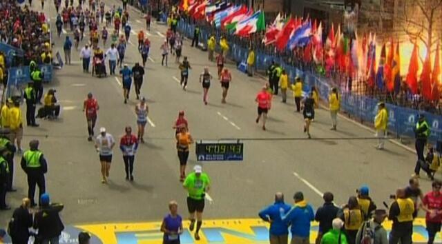 As câmeras de televisão filmaram o momento da explosão, no canto direito da imagem.