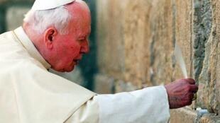 Jean-Paul II face au Mur des lamentations, en 2000. Une visite historique en Terre sainte.