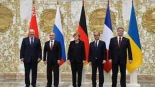 پروتکل مینسک روز ۵ سپتامبر سال ۲۰۱۴ با تلاش آلمان و فرانسه به امضای نمایندگان اوکراین، فدراسیون روسیه، جمهوری مردم دونتسک و جمهوری مردم لوهانسک رسید. پیش تر مذاکراتی طولانی در بلاروس و مینسک، با نظارت سازمان همکاری و امنیت اروپا انجام شده بود.