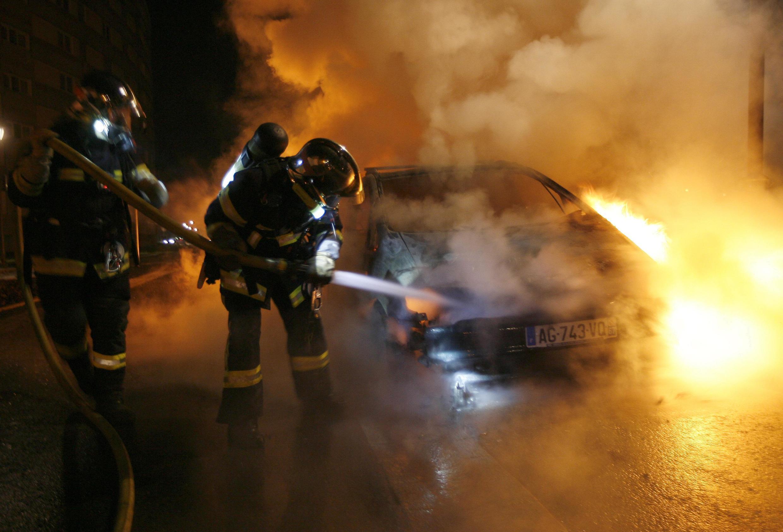 Ano Novo 2013 tem menos veículos incendiados na França. Na imagem, um carro queimado na cidade de Estrasburgo, no leste do país.