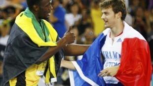 Usain Bolt  chúc mừng Christophe Lemaître sau  chung kết chạy  200 m tại Daegu 2/9/2011.