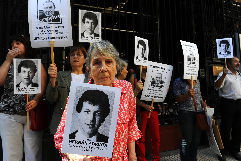 Beatriz Cantarini de Abriata, madre de Hernán Abriata, en una foto tomada el 9 de abril de 2014 frente a la embajada francesa en Buenos Aires.