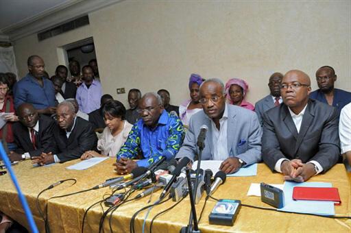 Waziri mkuu wa zamani wa Gabon Eyéghé Ndong (Kweny Mic) pamoja na waziri wa zamani wa mambo ya ndani, André Mba Obame, wakati wa mkutano na vyombo vya habari