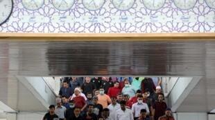 Ảnh minh họa : Tín đồ hồi giáo rời đền thờ ở Kuala Lumpur sau buổi cầu nguyện ngày thứ Sáu. Ảnh ngày 13/03/2020.