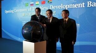 金砖国家开发银行(NDB)开张:行长卡马斯(左),中国财长楼继伟(中)上海市长杨雄2015年7月21日上海