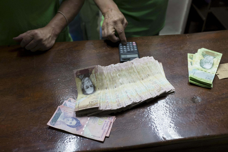 A desvalorização da moeda venezuelana estimula os contrabandistas a vender produtos para os países vizinhos.