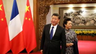 图为中国国家主席习近平和夫人12月8日在钓鱼台国宾馆等待法国总统马克龙和夫人来临。