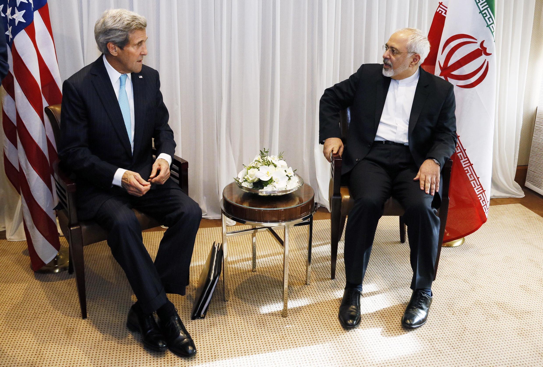 O secretário de Estado norte-americano, John Kerry (E), e o ministro das Relações Exteriores do Irã, em imagem de arquivo.