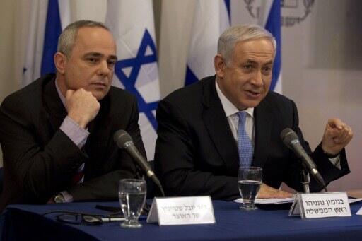 Ministro israelense Youval Steinitz (esq.) ao lado do primeiro-ministro Benjamin Netanyahu, em agosto de 2011.