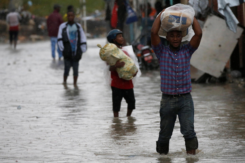 Moradores do Haiti durante a passagem do furacão Matthew, em 2016.