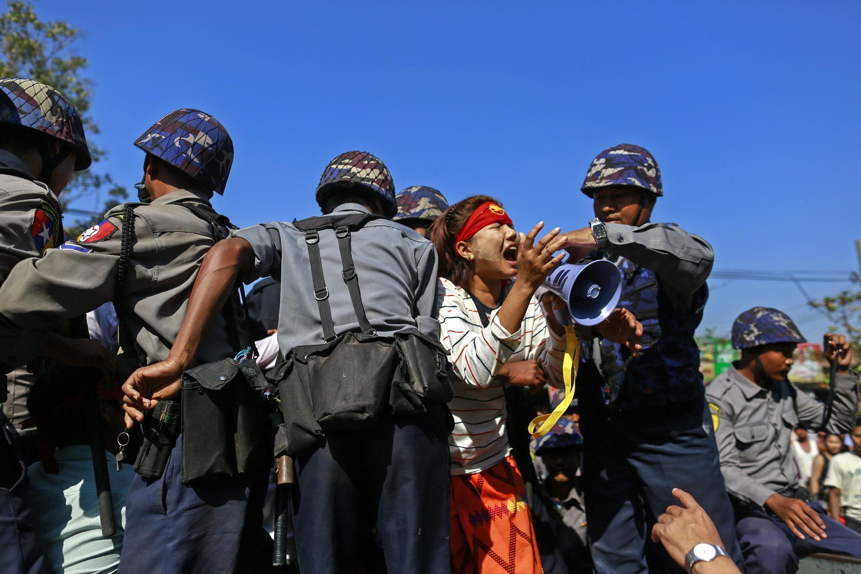Cảnh sát Miến Điện đàn áp một nhóm sinh viên biểu tình ngày 06/03/2015 tại Letpandan, Bago.