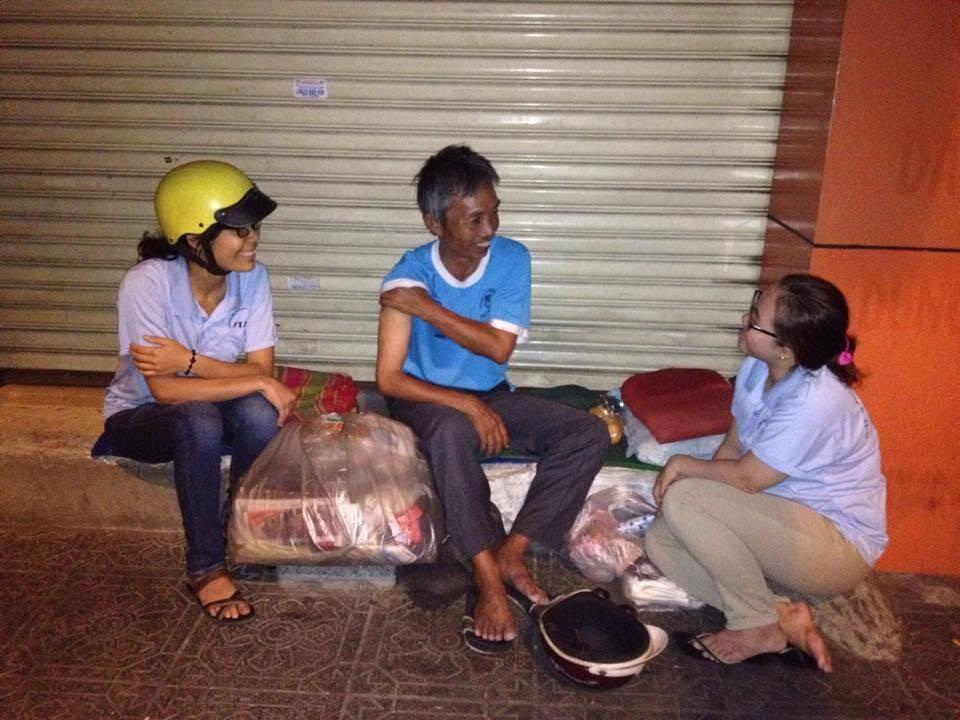 Nhóm FIAT của Dòng Chúa Cứu Thế thăm hỏi một người vô gia cư trên đường phố Sài Gòn