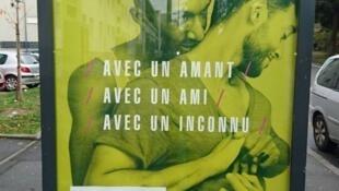 Um dos cartazes da campanha anti-Aids explica que as ações de prevenção variam caso a relação sexual ocorra com um amante, um amigo ou um desconhecido.