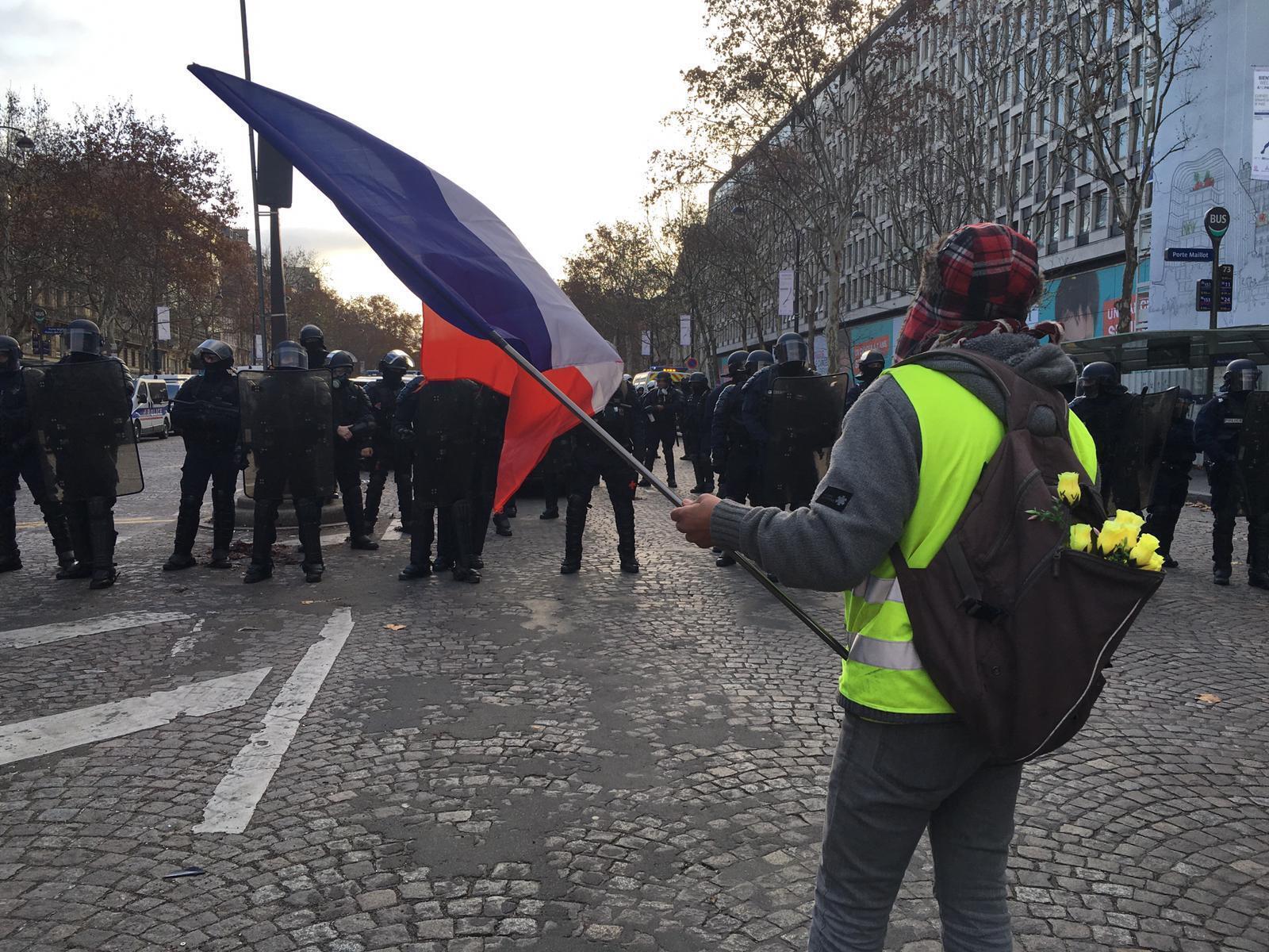Primeros manifestantes en darse cita en Porte Maillot, el punto de encuentro de los chalecos amarillos.