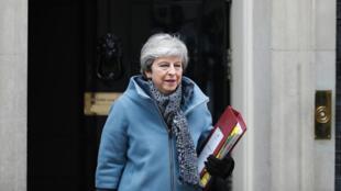 La Première ministre Theresa May devant le 10 Downing Street, le 27 mars 2019.