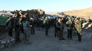 Membros das forças peshmergas reunidas nas proximidades da cidade de Sinjar