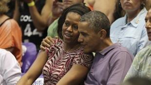 O presidente americano Barack Obama e a primeira-dama Michelle assistem a um jogo de basquete em Honolulu, no Havaí, onde passam férias, em foto deste domingo, 22 de dezembro de 2013.