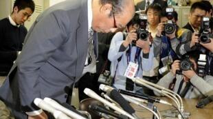 Chủ tịch Hiệp hội Sumo Nhật (JSA)  ông Hanaregoma xin lỗi người hâm mộ về vụ bê bối bán độ trong các võ sĩ Sumo Nhật, hôm 2/2/2011