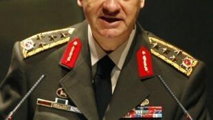 Foto de arquivo mostra o general Ilker Basbug durante discurso na academia de guerra de Istambul, em 2009.