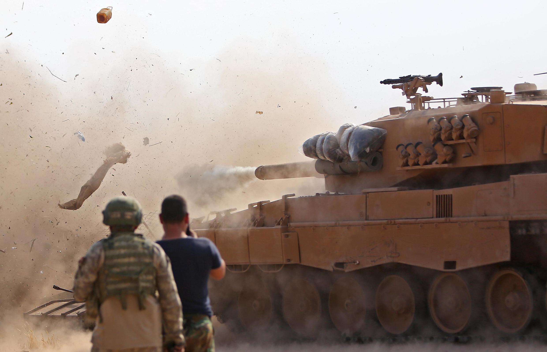 Tanques turcos se posicionam na cidade de Ras al-AIn, no nordeste da Síria (28/10/2019).