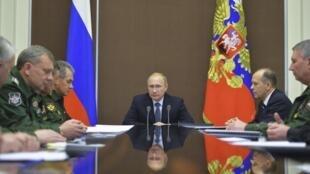 Tổng thống Vladimir Putin (G) chủ trì cuộc họp với chỉ huy quân đội Nga, tại Sochi, 28/11/2014