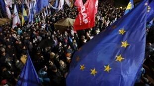 Manifestation à Kiev des partisans de l'accord d'association Ukraine-Union européenne suspendu par le gouvernement, le 25 novembre 2013.