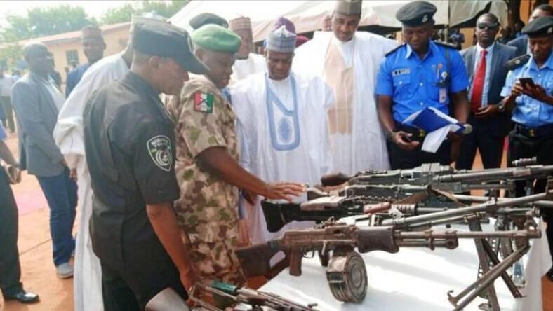Gwamnan jihar Sokoto State Governor Aminu Waziri Tambuwal yayin ziyarar gani da ido makaman da aka kwace hannun 'yan bindiga