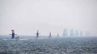 Tàu ngầm và chiến hạm Trung Quốc biểu dương lực lượng nhân kỷ niệm 60 năm thành lập quân đội tại Thanh Đảo, 23/04/2009.