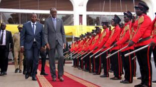 Rais wa Rwanda Paul Kagame (kulia) na mwenyeji wake, Faustin Archange Touadéra (kushoto), katika Ikulu ya Rais (Palais de la Renaissance) Bangui, Oktoba 15, 2019.