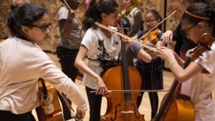 Los niños de las orquestas Demos de Francia y Jóvenes de Colombia