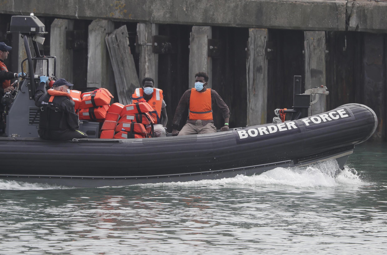 Barco de fiscalização britânico leva imigrantes que tentavam atravessar ilegalmente o Canal da Mancha