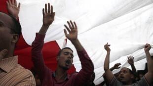 Des manifestants égyptiens, place Tahrir, au Caire, le 12 juillet 2011.