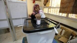 一名埃及婦女在首都開羅投票,2014年1月15日。