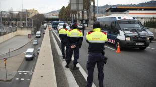 Agentes de la policía regional catalana controlan la entrada de ciudadanos en la ciudad de Barcelona, España, el 7 de enero de 2021