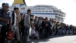 Depuis Lesbos, les migrants gagnent le port du Pirée, non loin d'Athènes, par ferry. Photo datée du 15 octobre 2015.