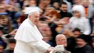 Le pape François sur la place Saint-Pierre à Rome le 27 mars 2019.