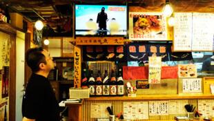 Các đài truyền hình Nhật liên tục theo dõi vụ tổ chức Nhà nước Hồi giáo bắt hai con tin người Nhật  - REUTERS /Toru Hanai