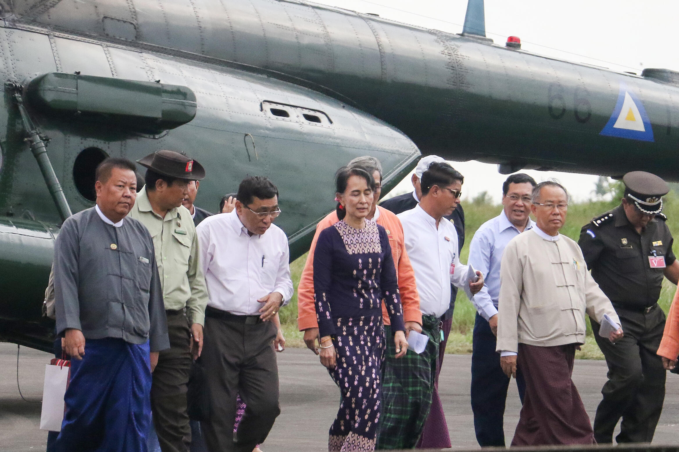 Cố vấn Nhà nước Miến Điện Aung San Suu Kyi (G) tại sân bay Sittwe ngày 02/11/2017 khi đến thăm thị trấn Maungdaw, bang Rakhine.
