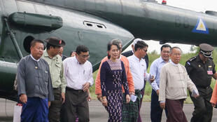 Bà Aung San Suu Kyi (G) đến sân bay Sittwe hôm 02/11/2017, trong chuyến thăm bang Rakhine.